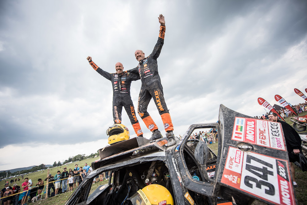 Tim en Tom Coronel met nat pak aan de finish van de Dakar Rally 2018